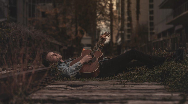 как начать играть на гитаре