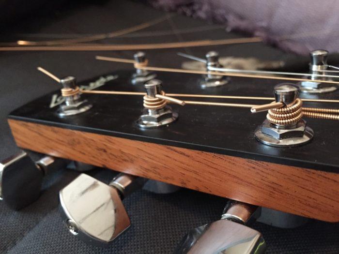 установка струн на акустическую гитару фото