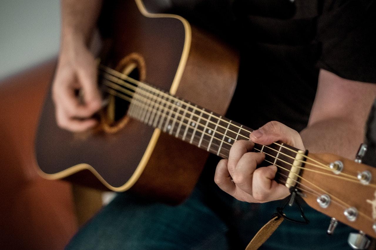 играть на гитаре с нуля