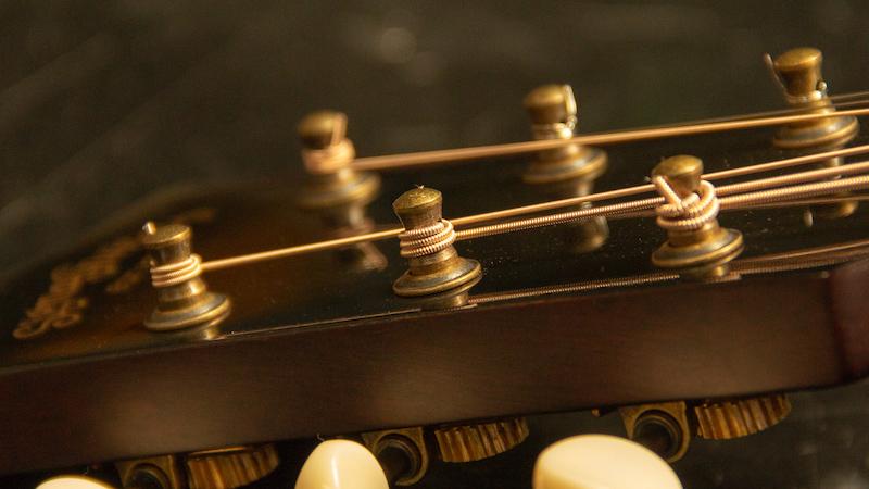 как поменять струны на акустической гитаре фото