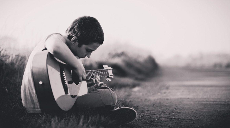 как заставить себя научиться играть на гитаре