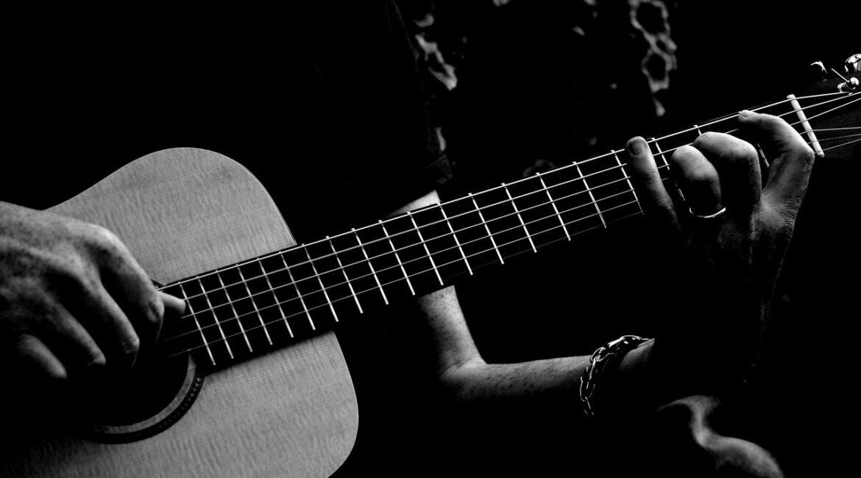 учиться играть на гитаре дома фото